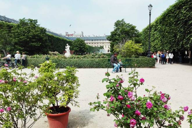 paris-palace-coutyard-with-roses