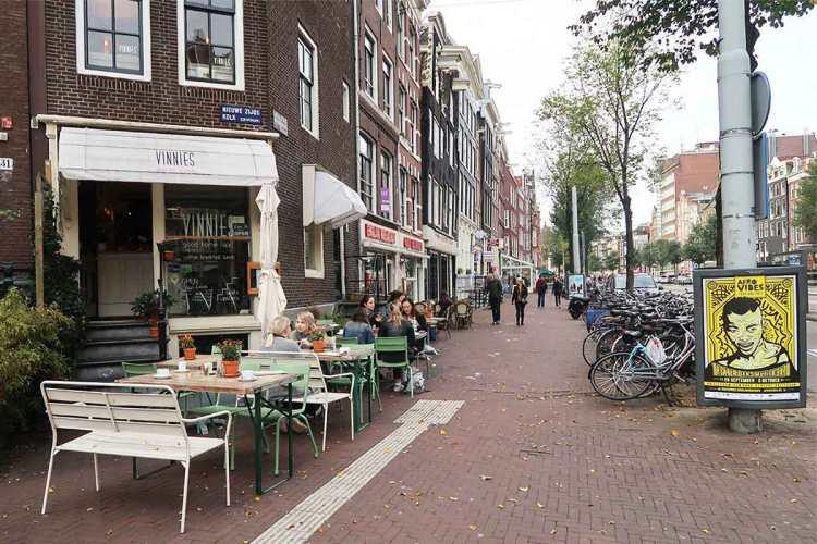 vinnies-street-side-seating
